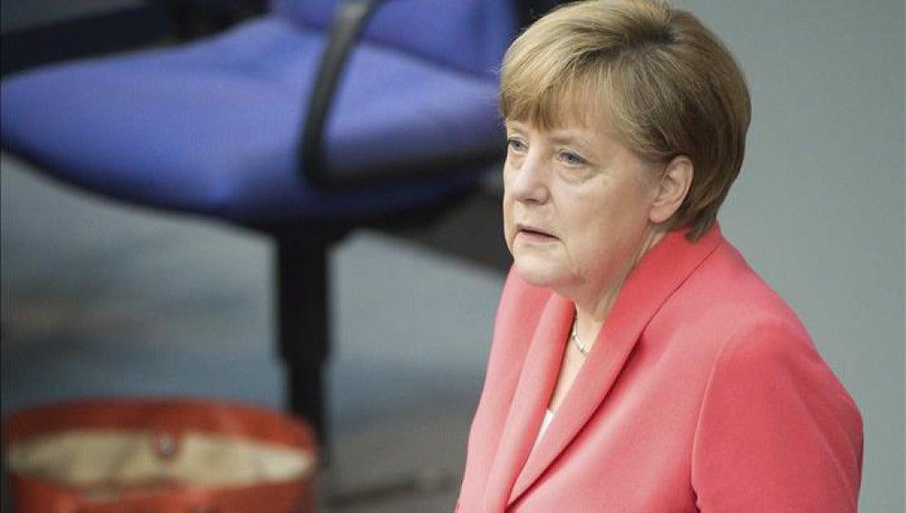 Merkel durante una sesión extraordinaria del Bundestag
