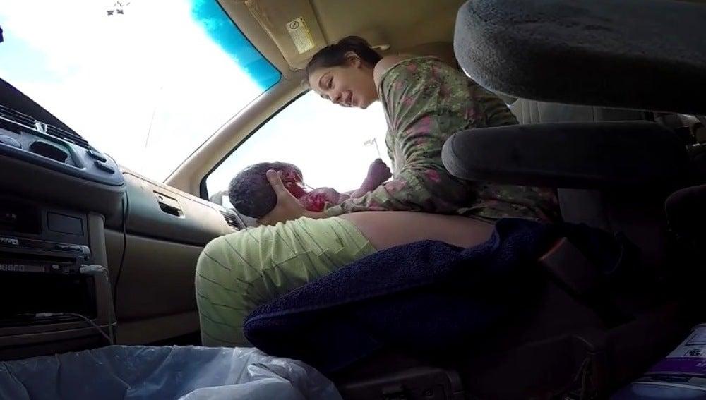 Una mujer da a luz en un coche