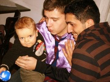 Una pareja de chicos con un bebé