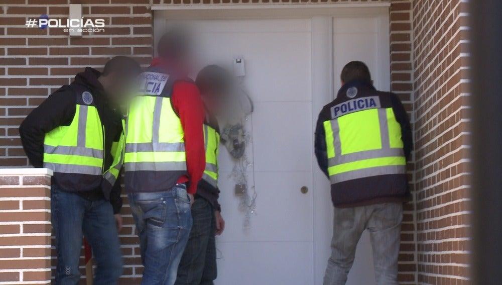 Policías en acción a punto de realizar una detención
