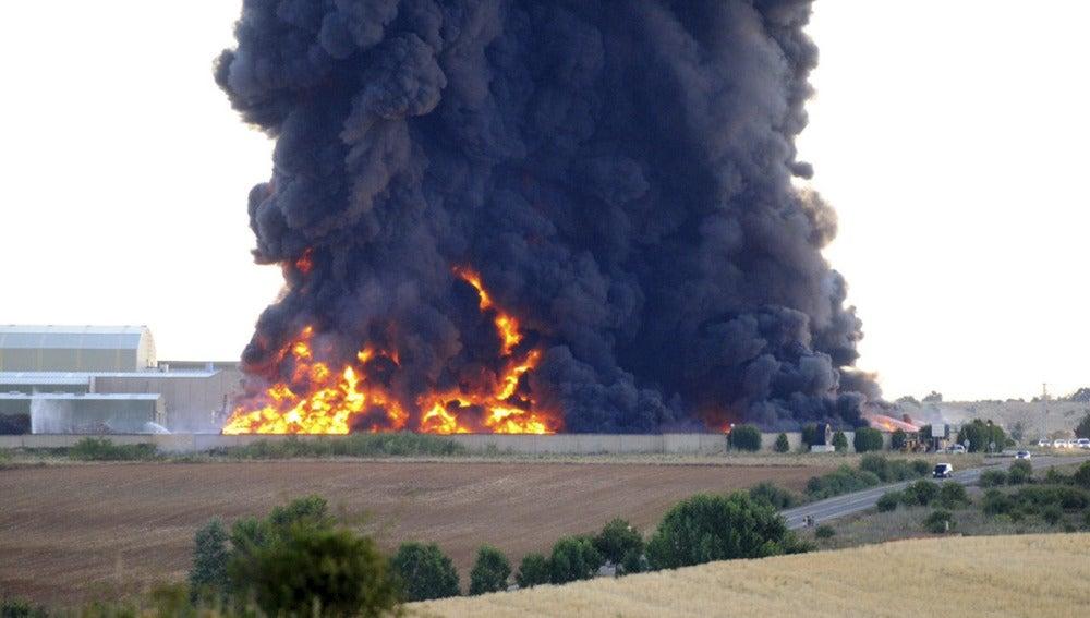 Los bomberos toman el control del incendio de la planta de reciclaje de Ardocino