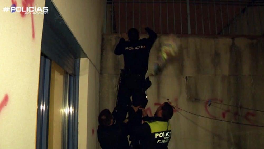 La policía, tras unos jóvenes que se han escapado por el tejado