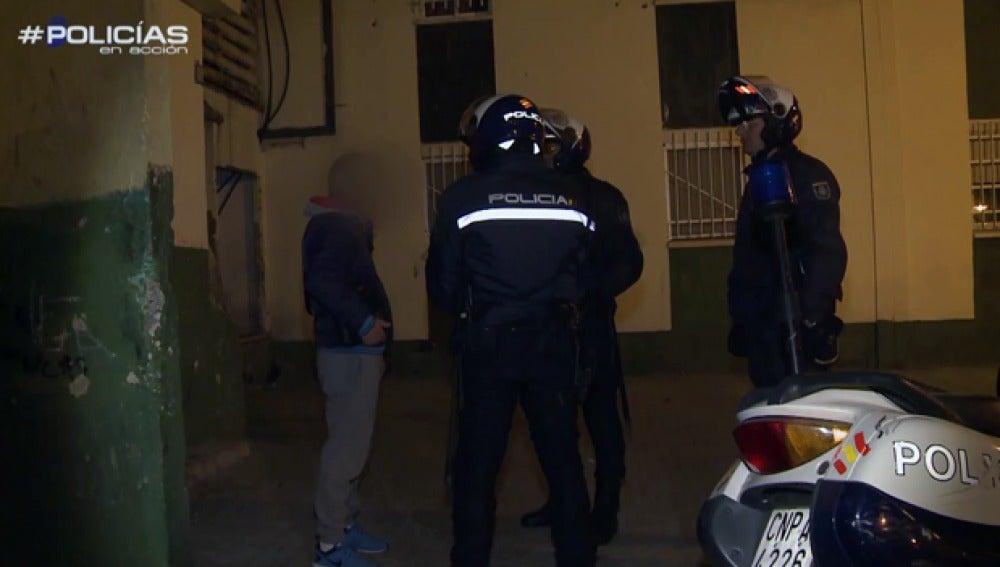 La policía hace un  control en las 3.000 viviendas