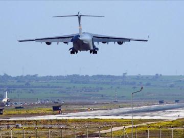 Avión militar de EE.UU. aterrizando en la base aérea de Turquía