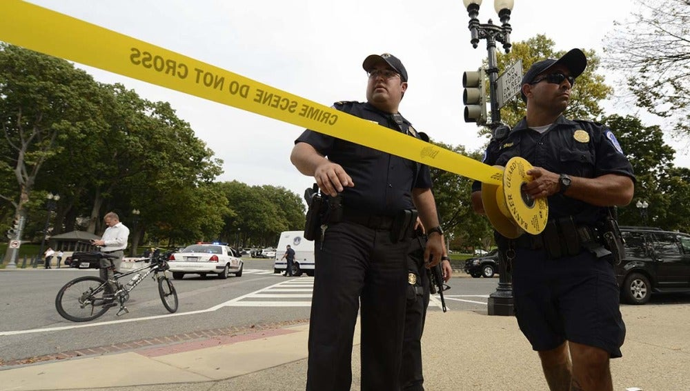 Policía estadounidense acordonando la zona