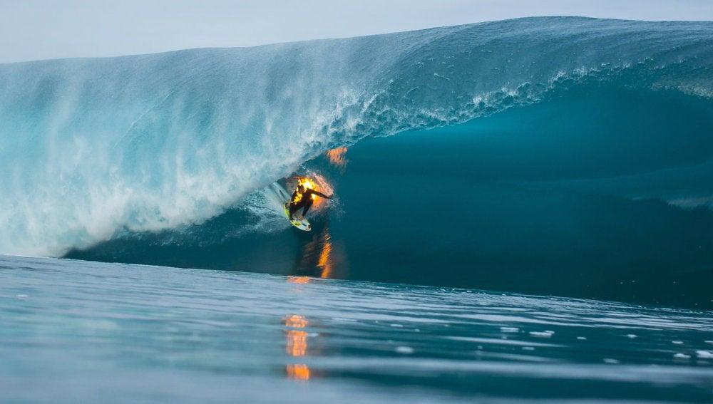 Jamie O´Brien surfea cubierto de fuego