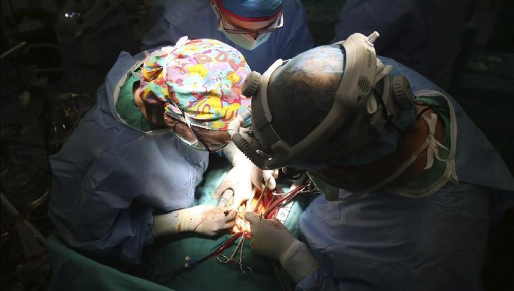 Médicos durante una operación de trasplante