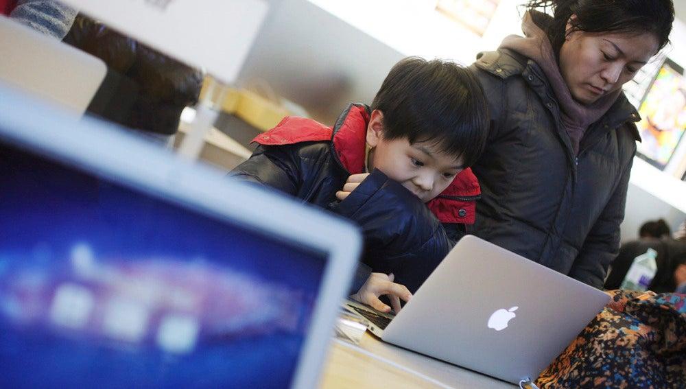 Un niño prueba un ordenador de Apple