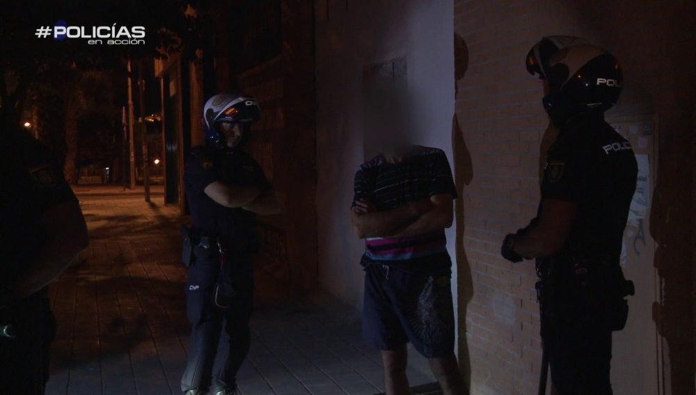 """Los agentes dan con un ladrón en pleno robo: """"He bajado a mi perro, yo no he cogido nada"""""""