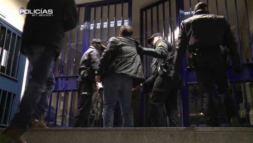 """Un agente de 'Policías en acción' a un chino ilegal borracho: """"Se ha meado en los pantalones"""""""