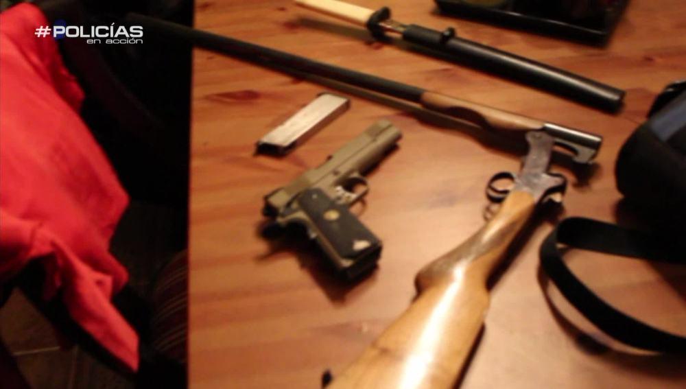 Los agentes de 'Policías en acción' encuentran armas blancas y de fuego en la casa de uno de los intermediarios de Dorel