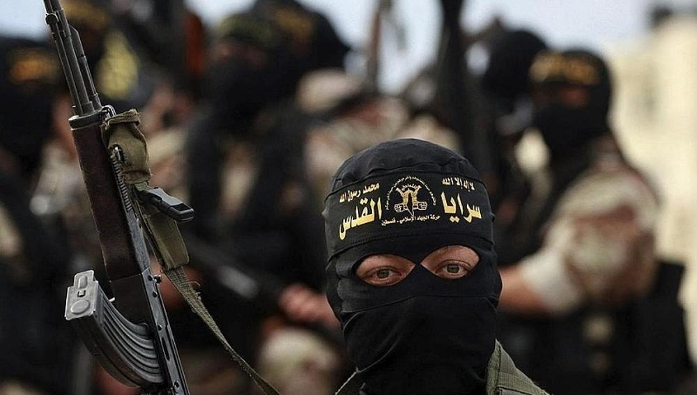 Combatiente yihadista alzando su arma