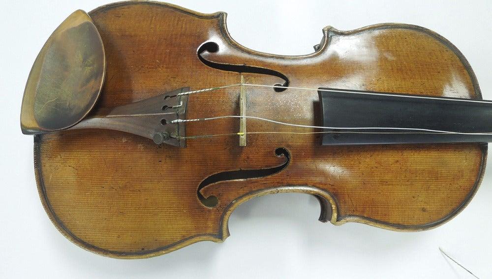 Fotografía facilitada por el Buró Federal de Investigación (FBI) de Nueva York mostrando el Stradivarius