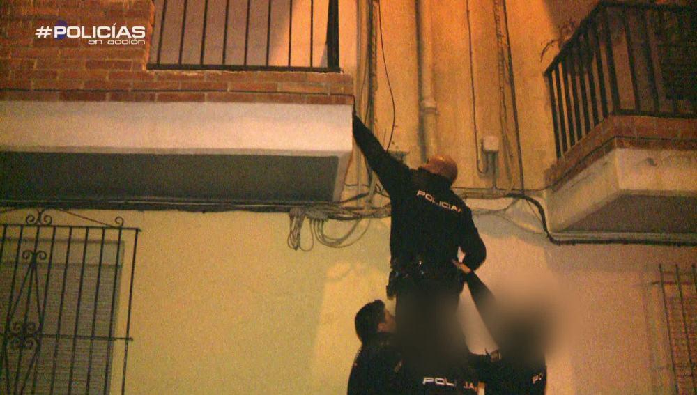 """Un vecino alerta a los agentes por un intento de ocupación: """"Aquí no han intentado entrar porque no les he dado opción"""""""