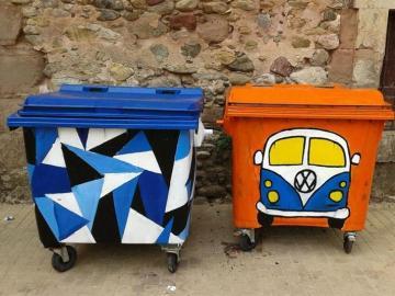Un artista anónimo decora los contenedores de Barán, en La Rioja