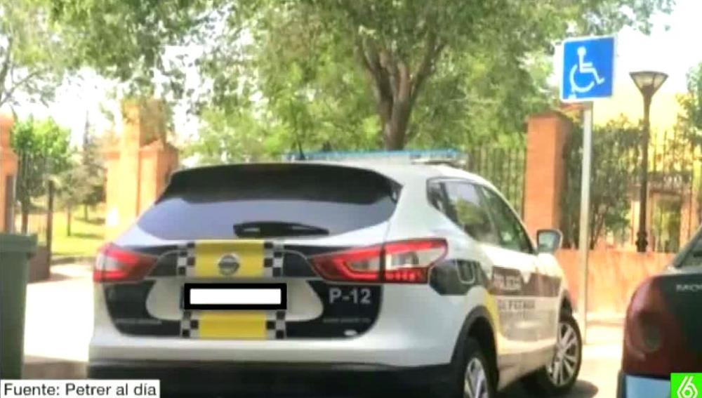 Multada con 800 euros por colgar una foto de un coche de Policía mal aparcado