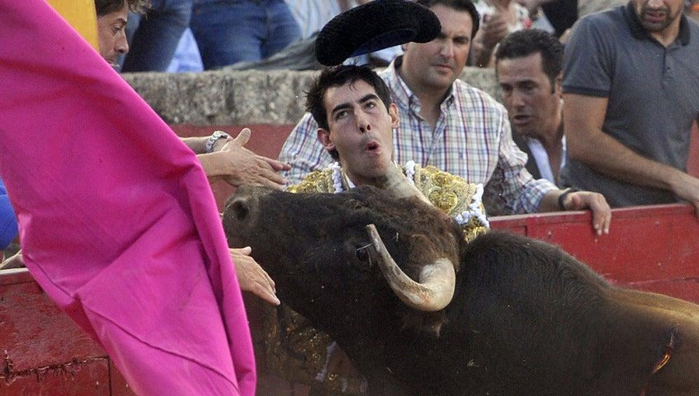 Jiménez Fortes recibe una espeluznante cornada en el cuello