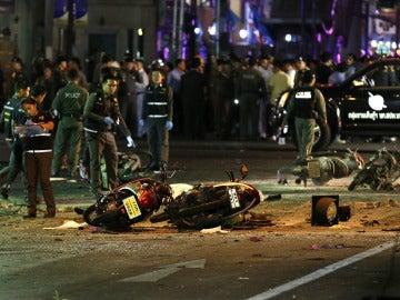 Agentes de la policía tailandesa en el lugar de la explosión