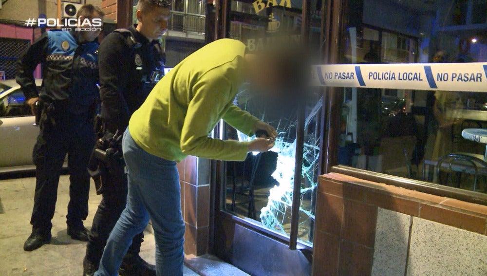 Los 'Policías en acción' dan con el rastro de sangre de un ladrón que intentó atracar una cafetería y se dio a la fuga