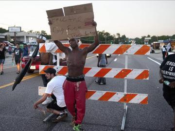 Un ciudadano negro protesta en Ferguson (Archivo)