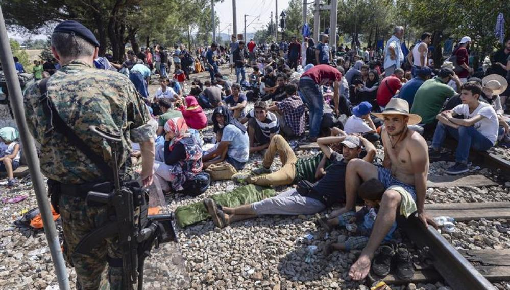 Efectivos de las Fuerzas especiales de Macedonia vigilan la frontera con Grecia