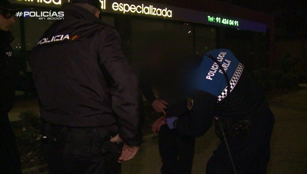 """Los agentes atienden a un joven que recibió una puñalada: """"No es muy grande, es un pinchazo"""""""