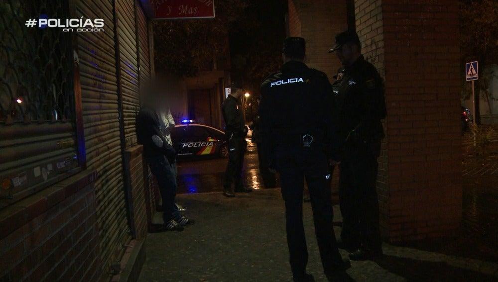 """Los 'Policías en acción' son alertados de un intento de robo en un local: """"Uno de ellos lleva guantes"""""""