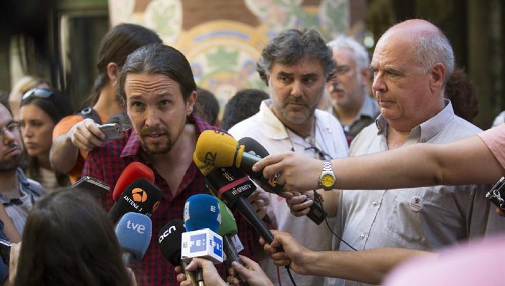 Pablo Iglesias comenta la actualidad política frente al Palau de la Música