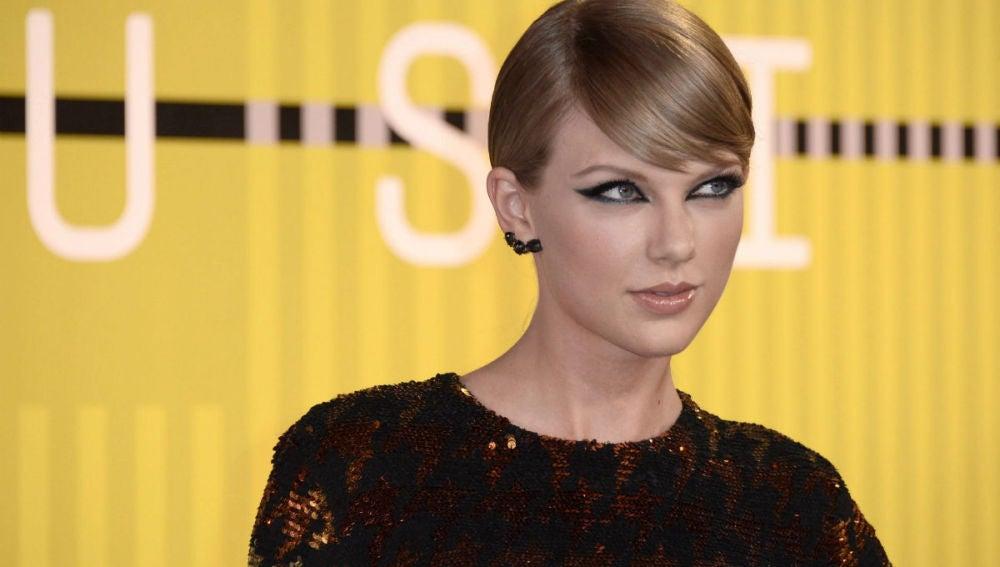 La cantante Taylor Swift en la alfombra roja de los premios MTV