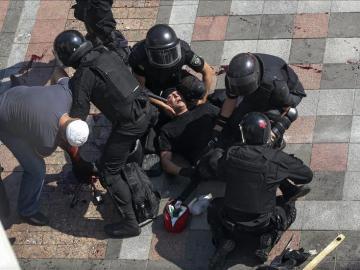 Médicos militares atienden a un policía herido en Ucrania