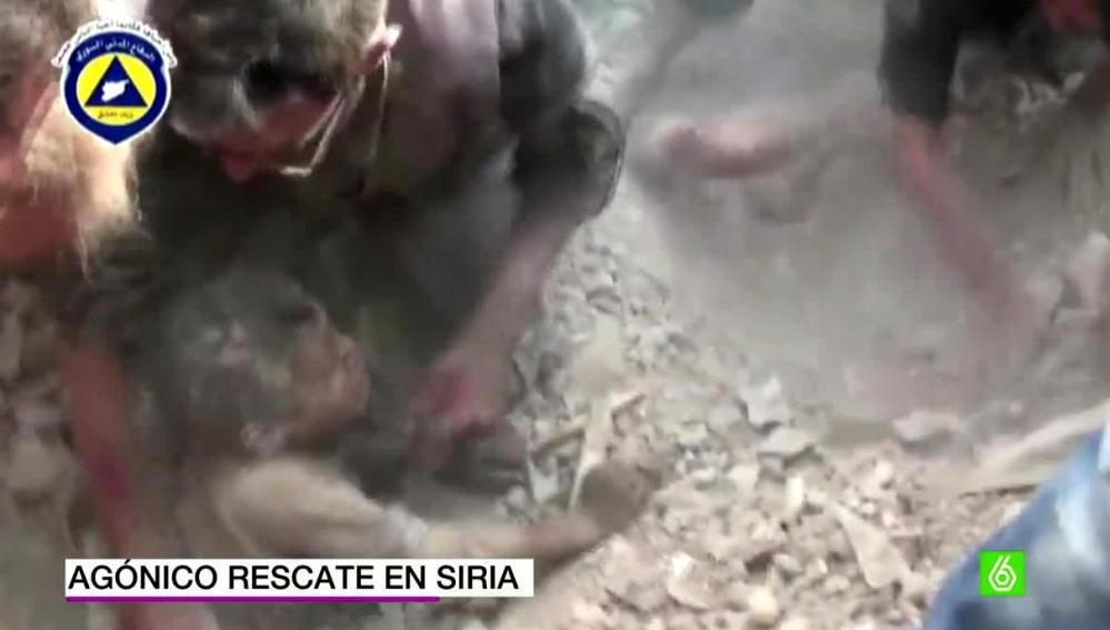 Agónico rescate en Siria tras quedar atrapados bajo los escombros