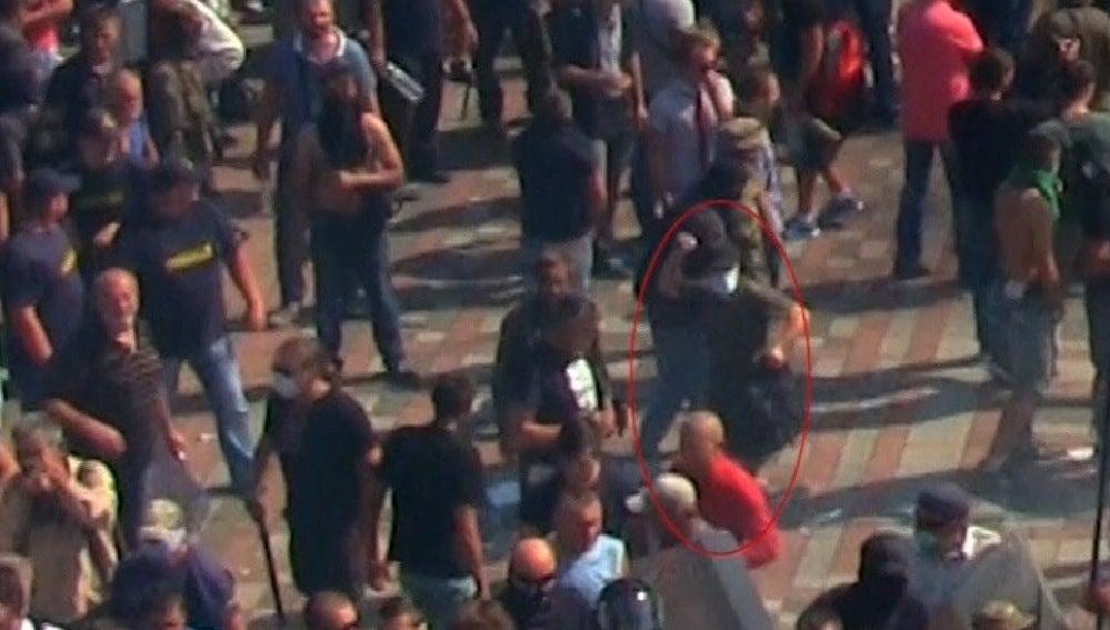 Individuo lanzando una granada en Kiev
