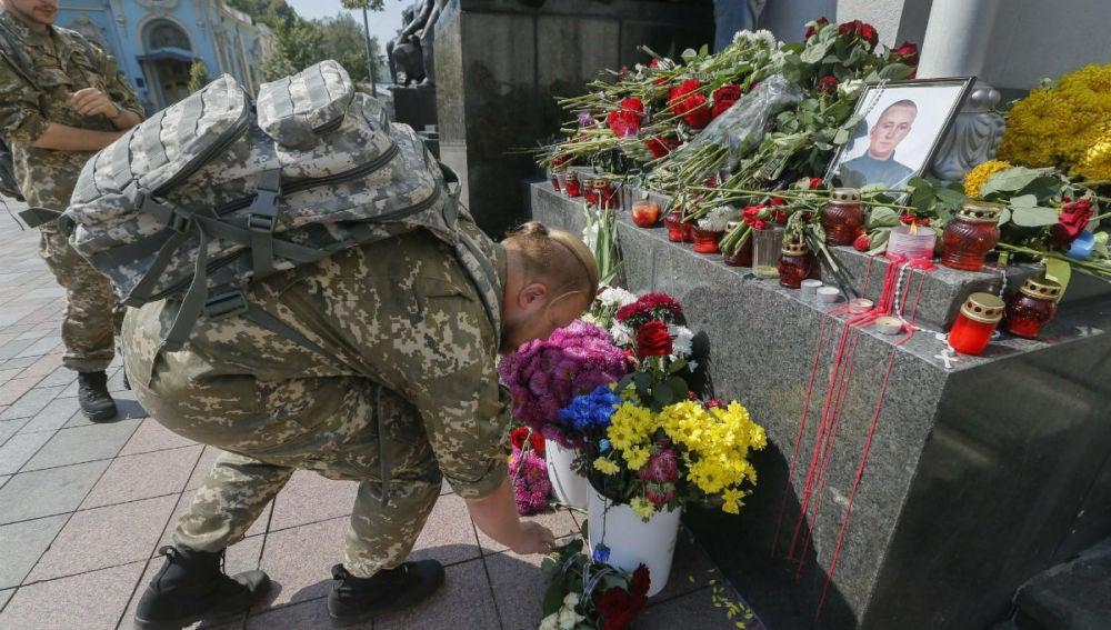 Un soldado deposita flores en memoria del policía fallecido