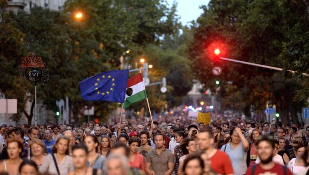 Miles de personas protestan en Budapest contra la política de inmigración de Hungría