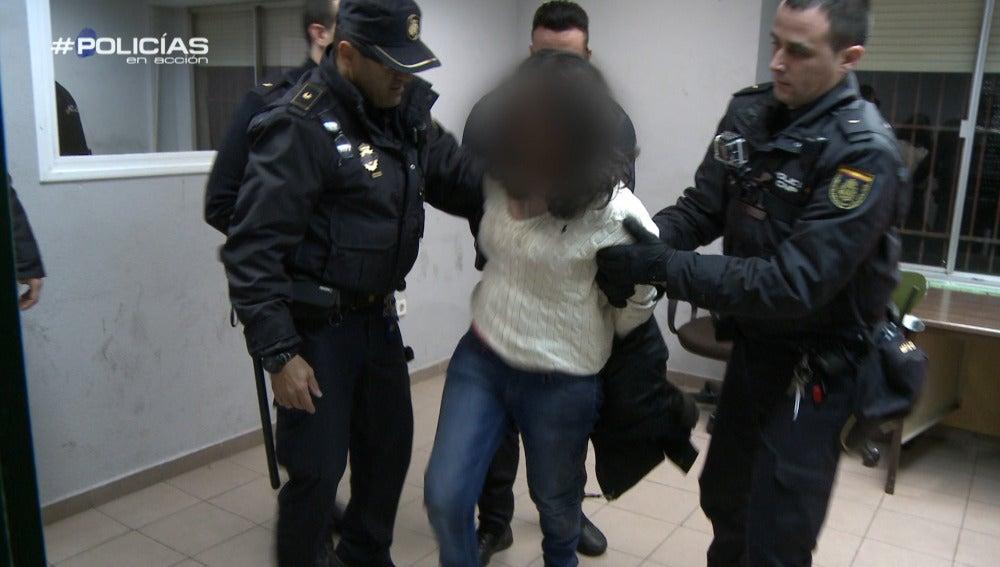 """Los agentes no pueden con una mujer que está muy alterada en comisaría: """"¡Quítame esto, quítame esto ya!"""