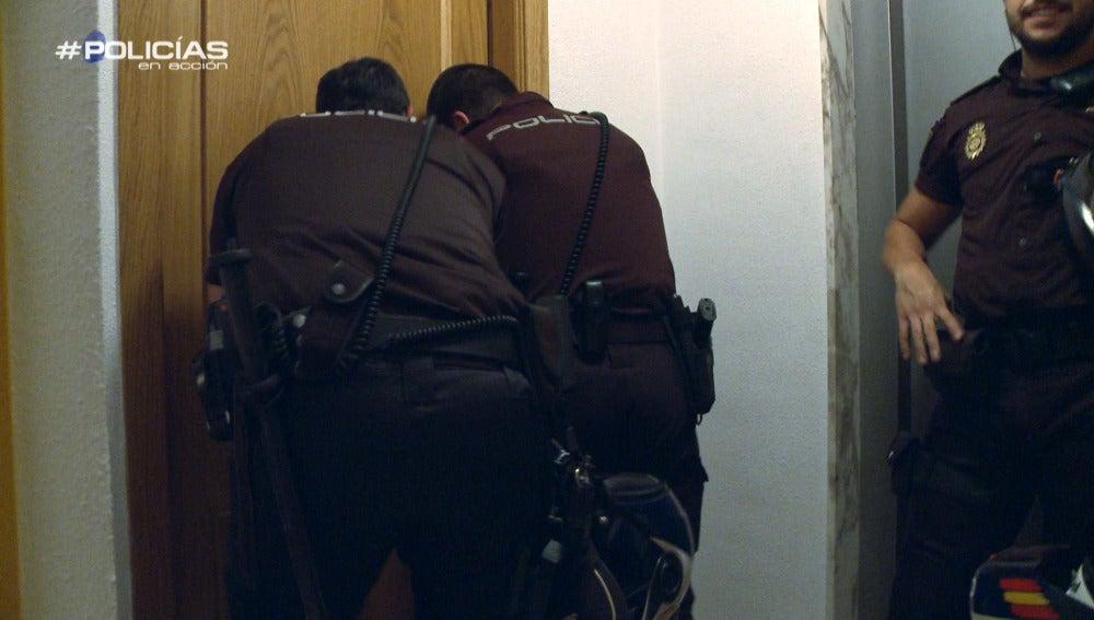 """Los 'Policías en acción' acuden a un intento de suicidio: """"Si vienen los Bomberos y echamos la puerta abajo, la pagas tú"""""""