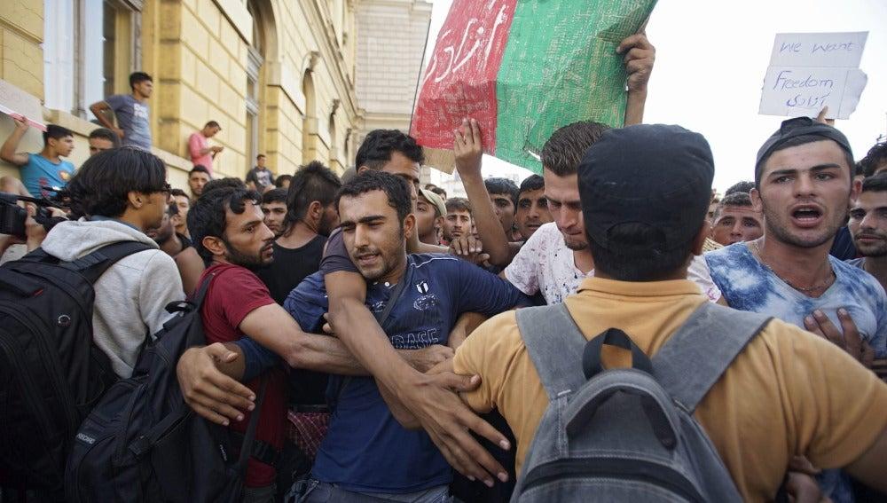 Inmigrantes agolpados en la puerta de la estación de Keleti
