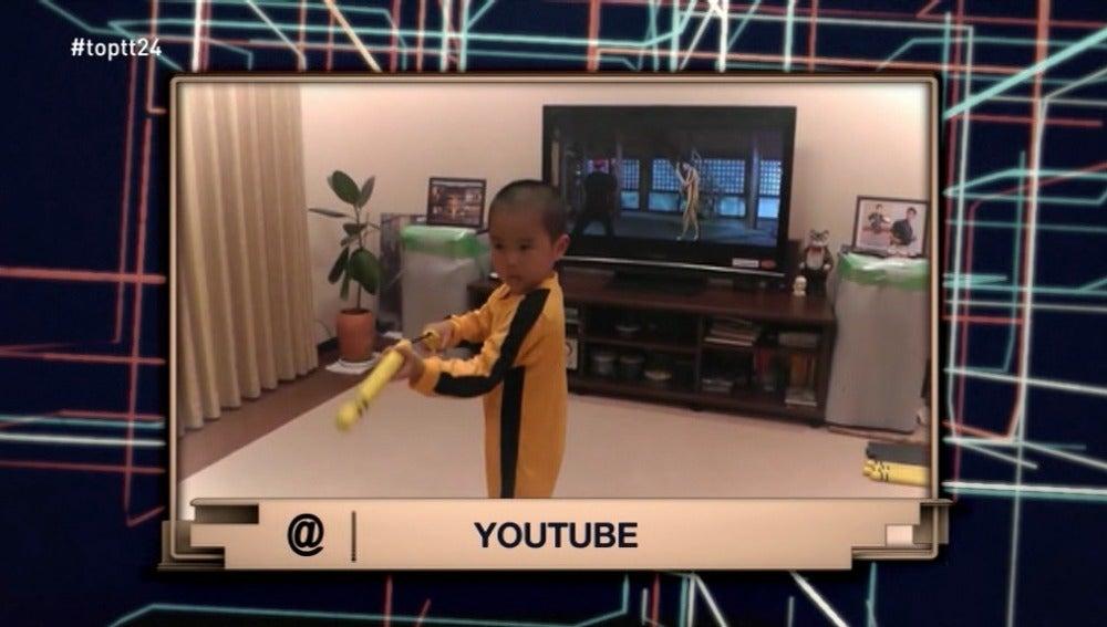 Un niño aprende los movimientos de Bruce Lee con los nunchacos