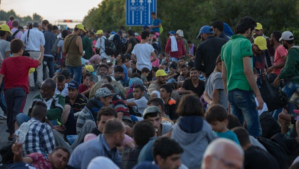 Refugiados sirios junto a una carretera