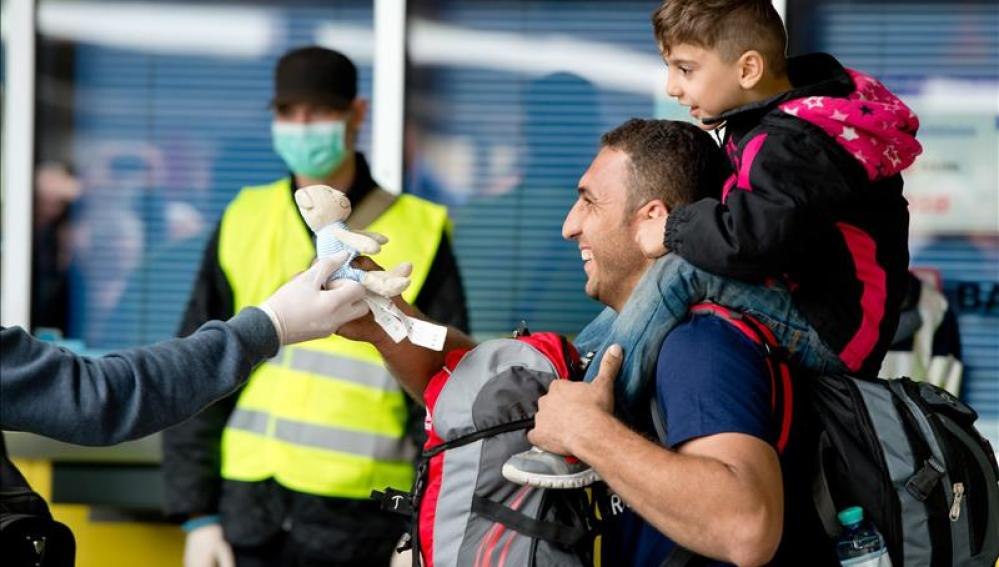 Un refugiado recibe un juguete tras llegar en tren a Múnich