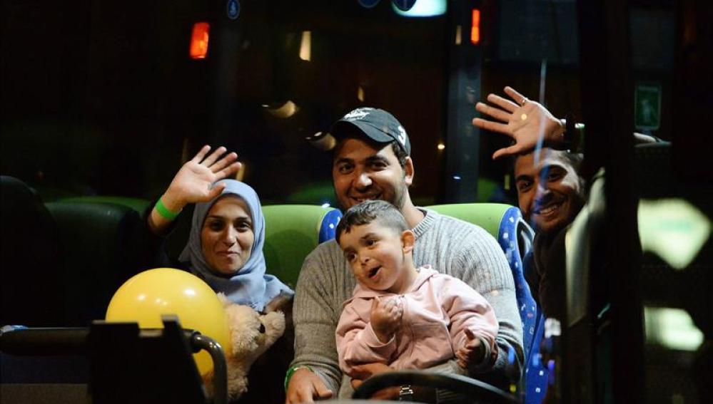 Una familia de refugiados en el interior de un autobús que les llevará a Munich