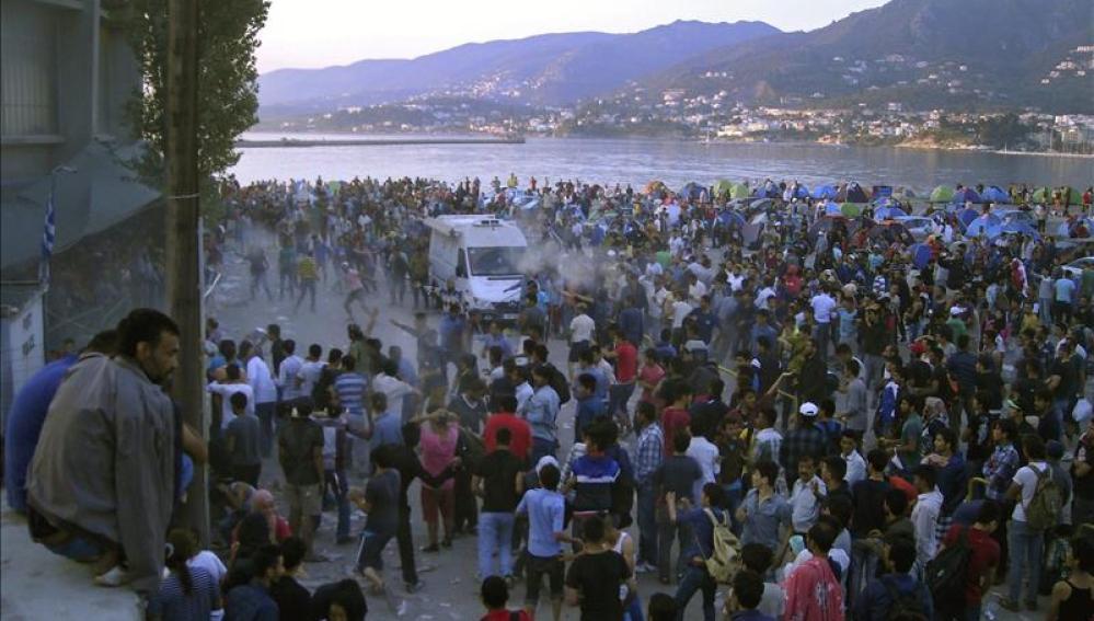 Inmigrantes y refugiados participan en una protesta en la isla de Lesbos