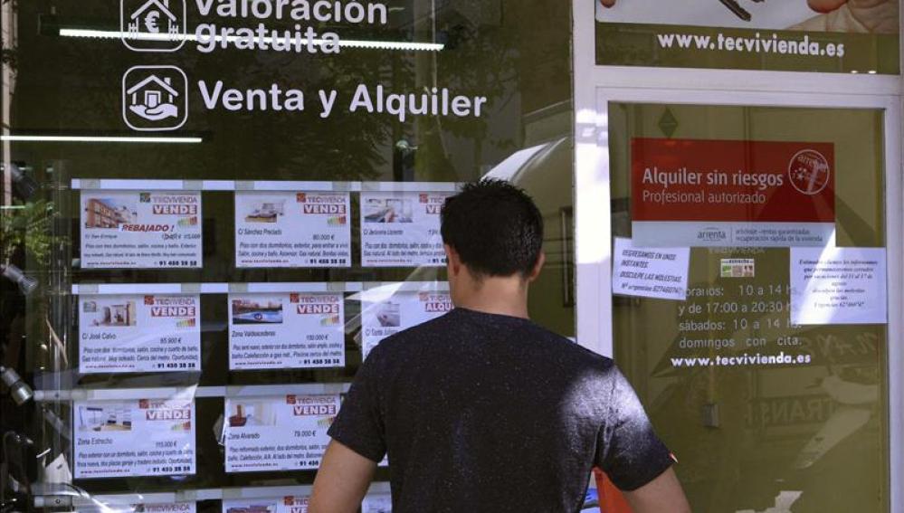 Vista de un escaparate de una inmobiliaria en Madrid