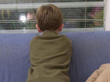 Un niño abandonado por su madre para irse de fiesta