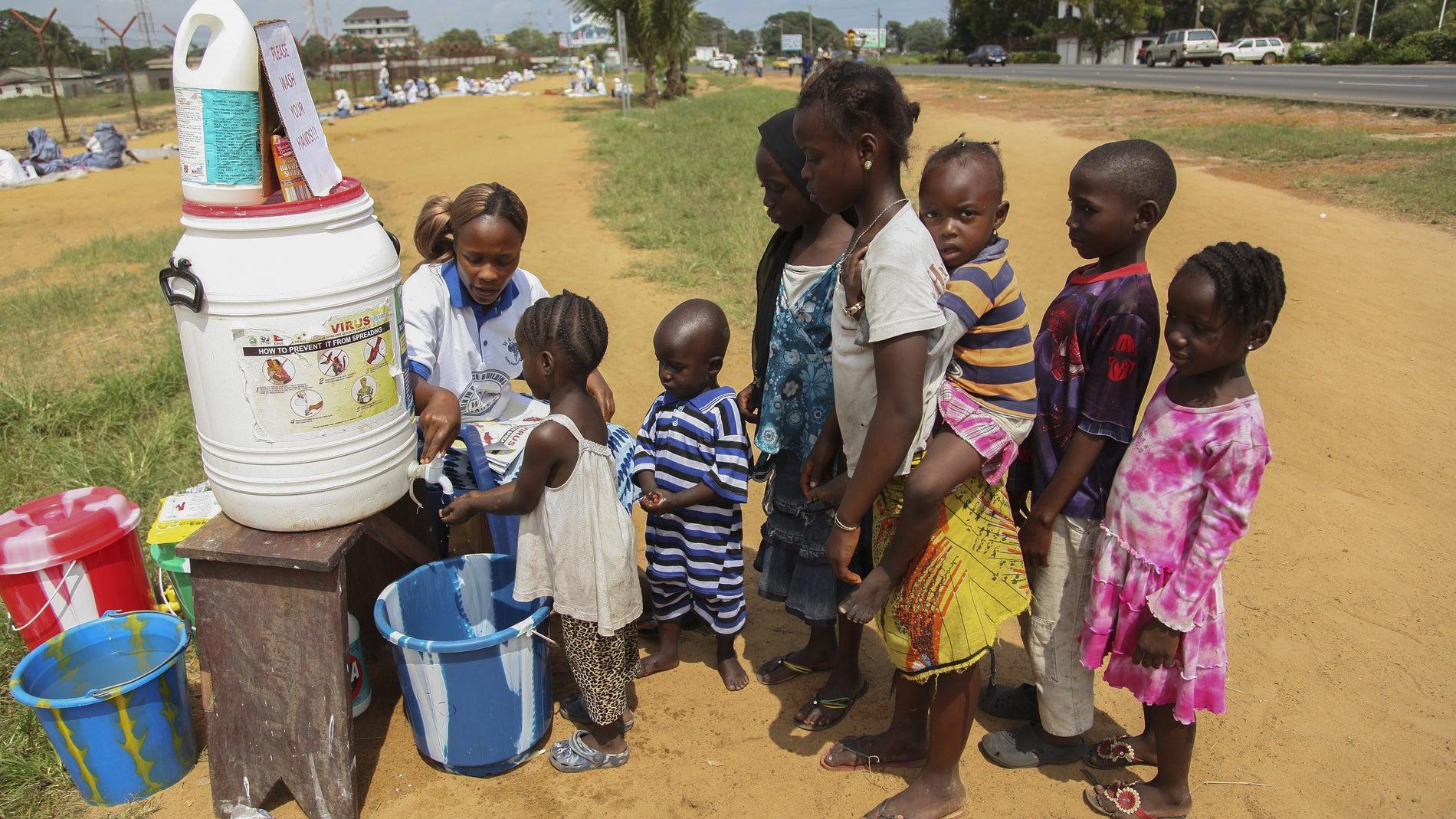 Niños se lavan las manos en una aldea de