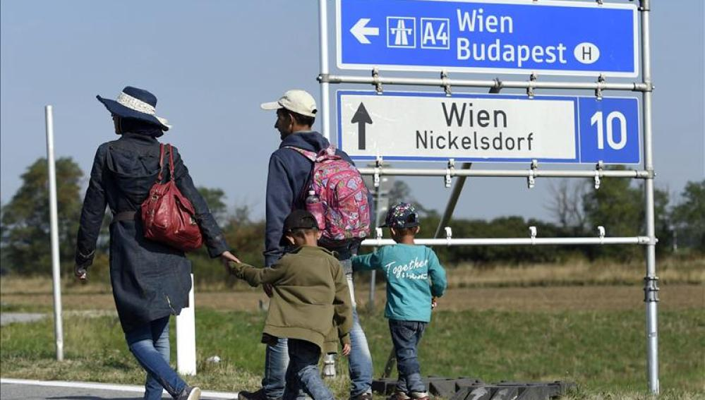 Refugiados procedentes de Hungría llegan a la ciudad de Nickelsdorf
