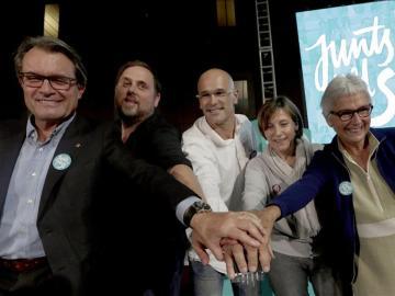 Oriol Junqueras junto a los candidatos de Junts pel Sí, en un acto este viernes.