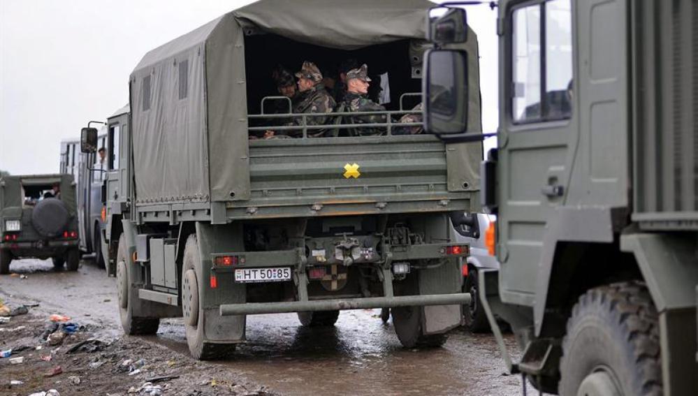 Vehículos militares en un campo improvisado para refugiados cerca de Roszke