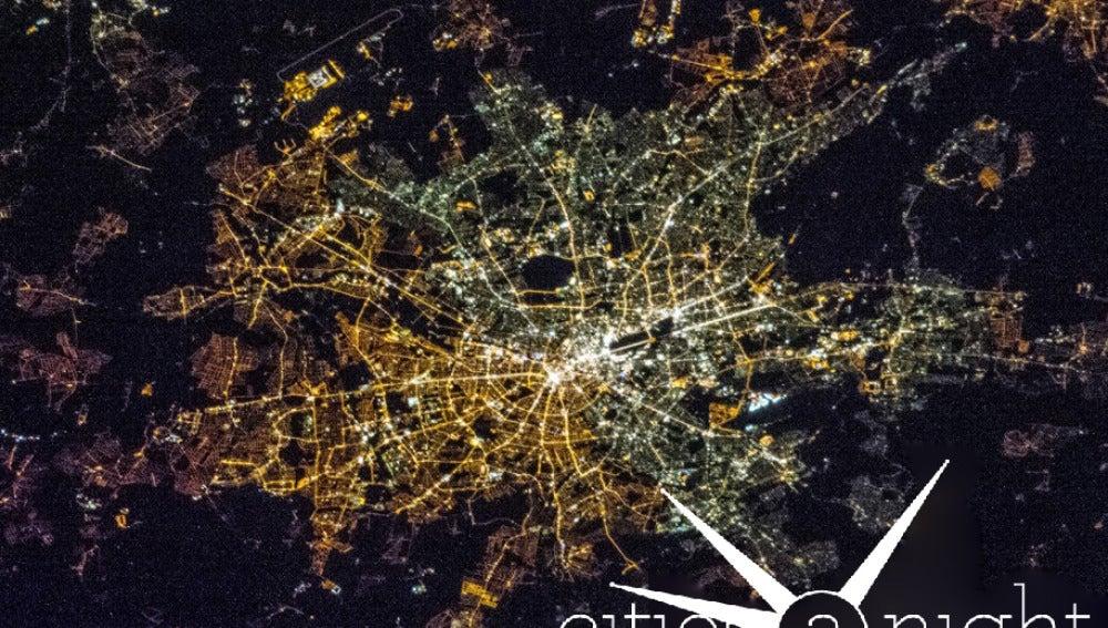 La ciudad de Berlín vista desde el espacio, donde puede apreciarse la distinta iluminación a uno y otro lado de lo que era el muro