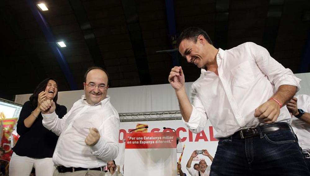 Miquel Iceta y Pedro Sánchez bailan al finalizar el mitin